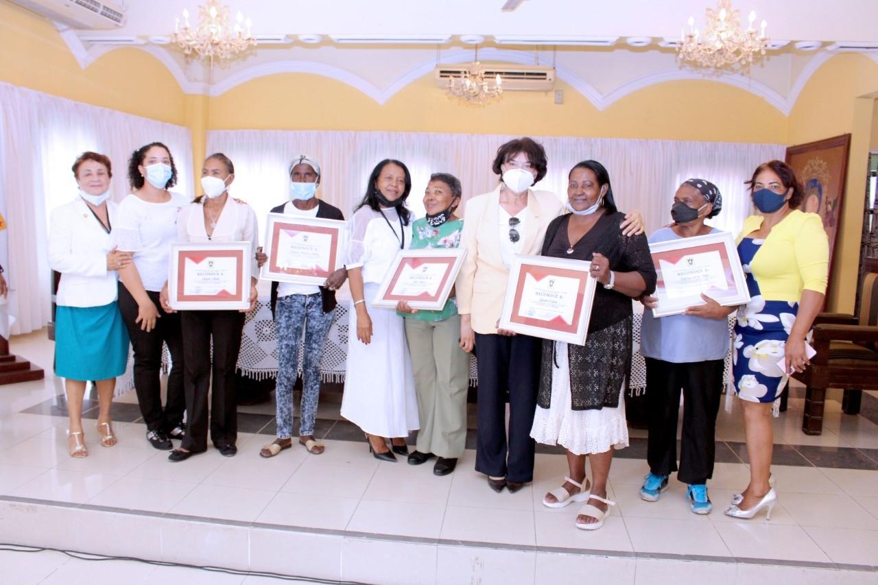 Entregan reconocimientos a mujeres humildes destacadas de san juan de la Maguana